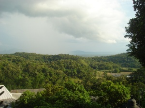 pemandangan pegunungan yang indah dilihat dari vihara