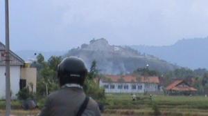 bukit terjan dari jarak 3 km, nampak bekas penambangan