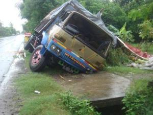 Truk yang menimbulkan kecelakaan tadi malam di Sumur Tawang Kragan