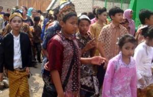Peserta Karnaval Mengenakan Pakaian Adat Jawa